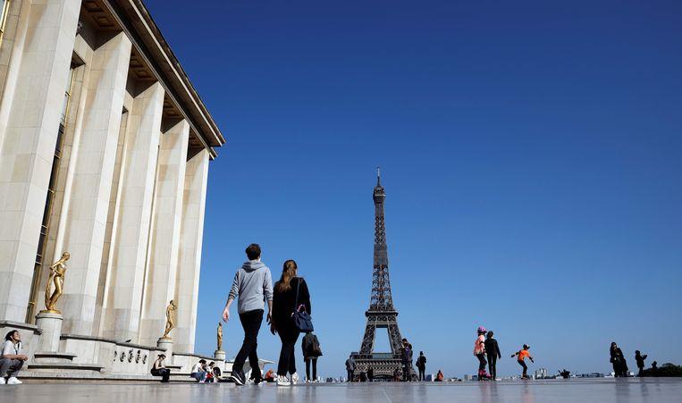 Het wordt alweer drukker rond de Eiffeltoren in Parijs. Beeld AFP