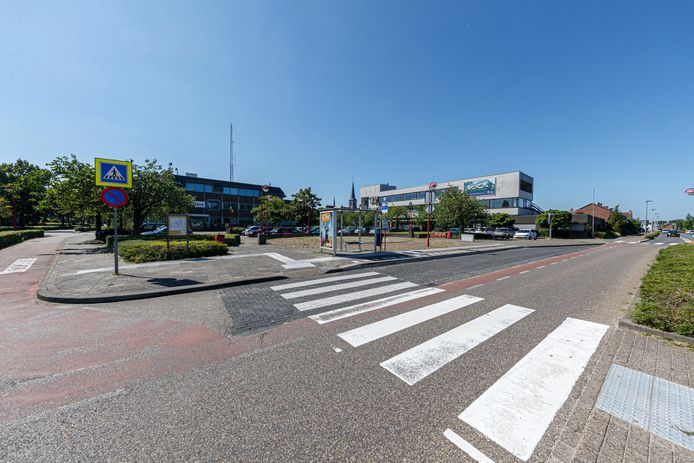 Aan de rechterkant van het Stationsplein in Etten-Leur verrijst een nieuw appartementencomplex waar nu nog de voormalige Rabobank staat. Het politiebureau in het midden blijft zoals het is.