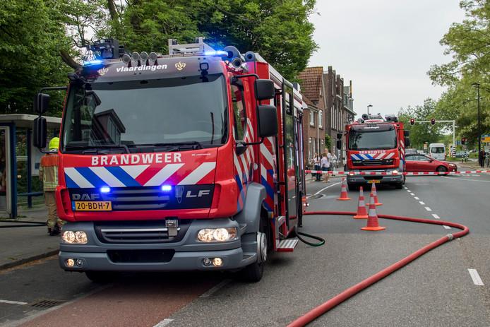 De brandweer kon niet voorkomen dat in Heythuysen (L) een stal met 12.000 kippen in vlammen opging.