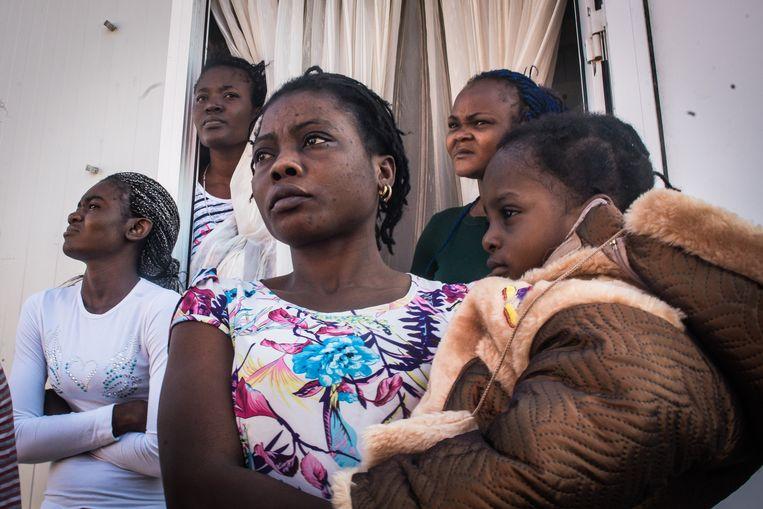 Congolese migranten in het overvolle opvangkamp Eleonas, dat als enige midden in de stad ligt. Sommige bewoners zitten er al vier jaar in afwachting van hun verblijfsstatus. Beeld Nicola Zolin