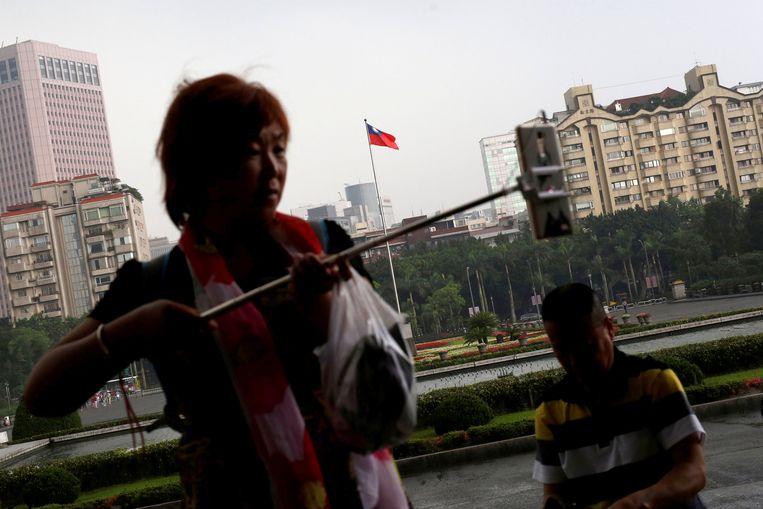 Een Chinese toeriste neemt een selfie in de Taiwanese hoofdstad Taipei.