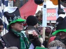Ierse sferen met veel bier, dans en muziek tijdens St. Patrick's Day op de Grote Markt