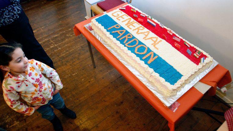 Een meisje bekijkt een taart die ter ere van het generaal pardon is gebakken in 2009 Beeld ANP