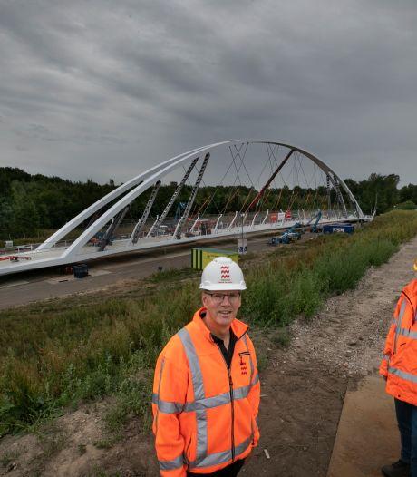 Platformwagens rijden fietsbrug over Randweg Eindhoven binnen twee uur op z'n plek