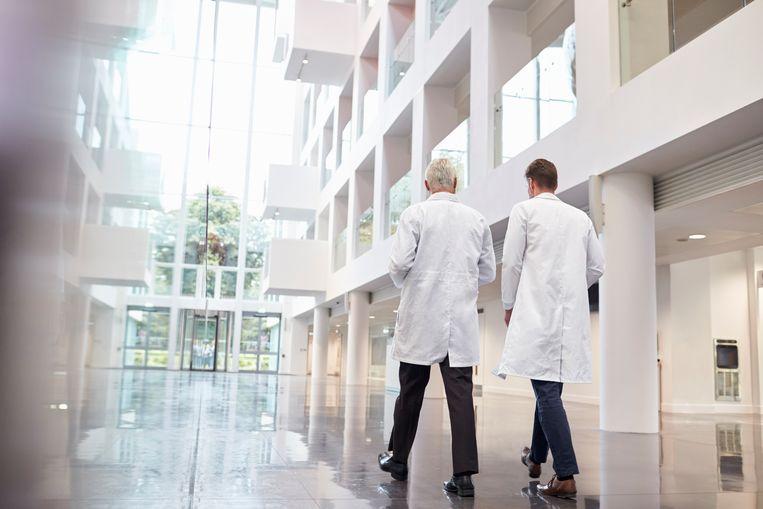Twee artsen die door een ziekenhuis lopen Beeld ThinkStock