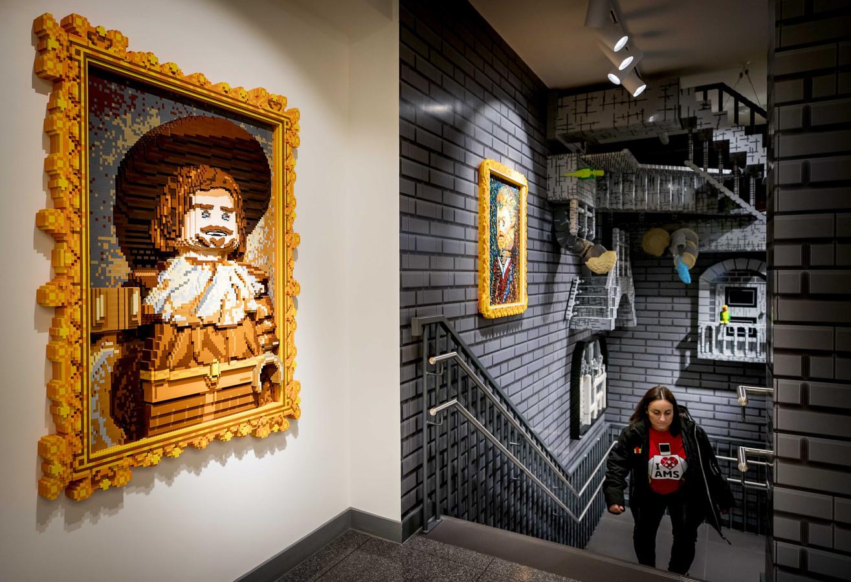 Een Legobouwwerk van kunstenaar Frans Hals in de flagshipstore in Amsterdam.