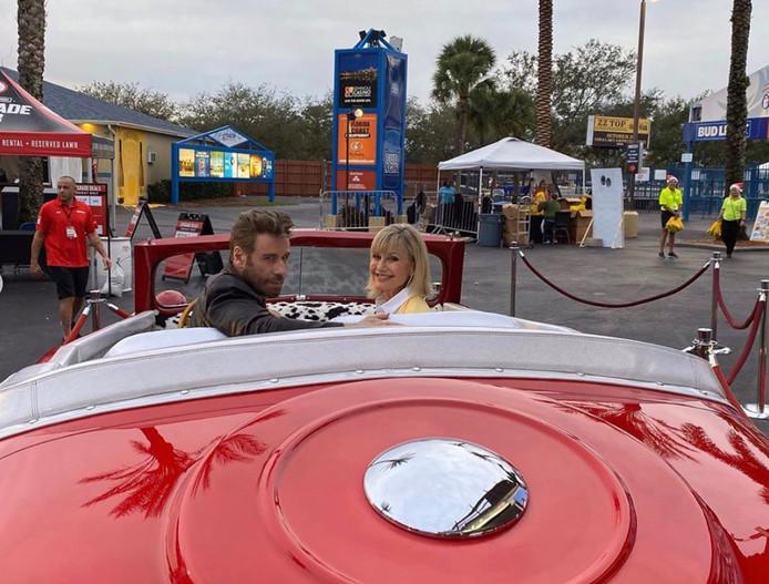 John Travolta et Olivia Newton-John dans leur fameux bolide rouge