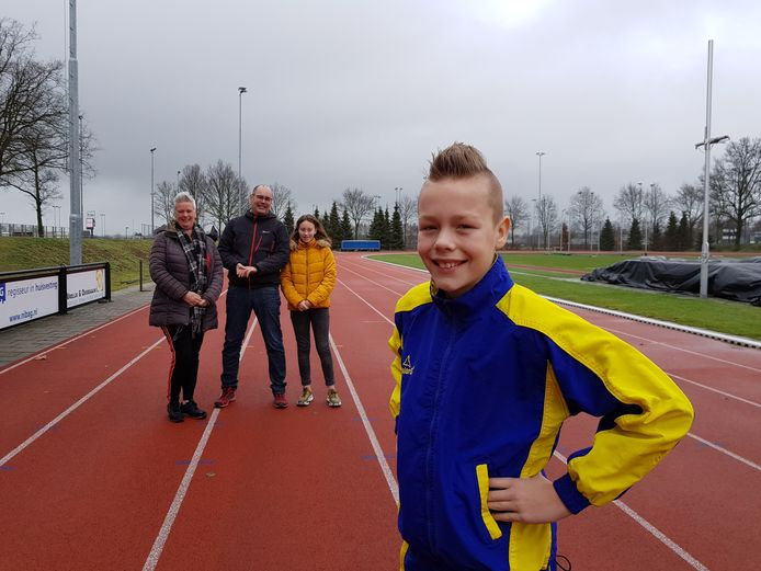 Sieb Stiemer uit Oss gaat naar de World Transplant games. Op de achtergrond zijn moeder Wendy, vader Nico en zus Sterre.