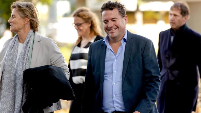 Marc Adriani (M) Radio Directeur van Talpa Radio en advocaat Jacqueline Schaap (L) komen aan bij de rechtbank Amsterdam .