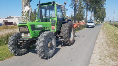 Wielertoerist (66) in levensgevaar nadat hij onder voorwiel van tractor terecht komt