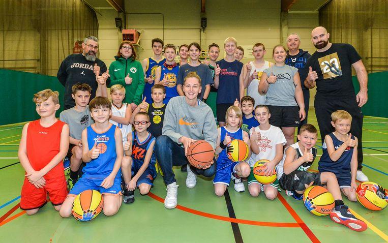 Wervik  Emma Meesseman bracht de jeugdspelers van BBC Wervik tijdens hun Kerststage een bezoekje. Emma trainde een poosje mee met het jonge basketgeweld.