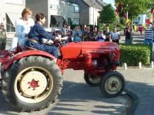 Juf Riëtte trekt op de tractor door Borne