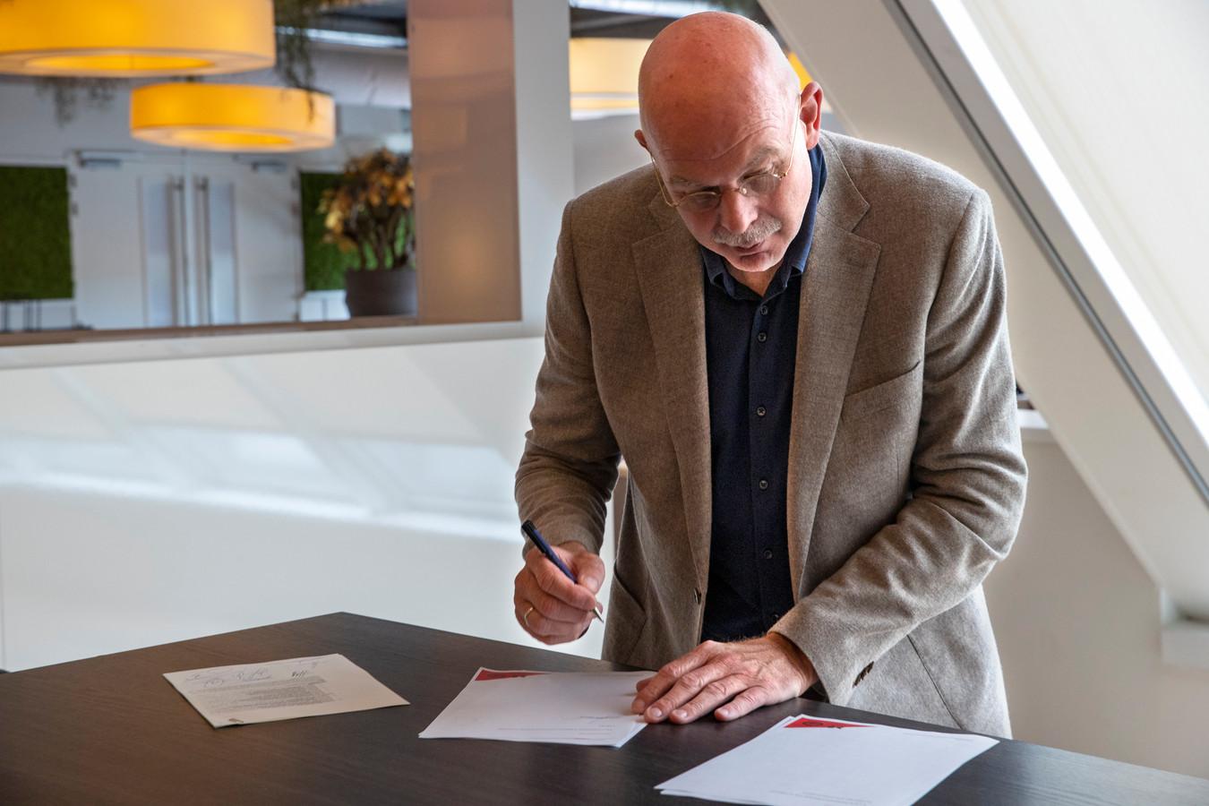 In het Philips Stadion ondertekende Toon Gerbrands onlangs met meerdere PSV-partners een contract voor een Brainport-fonds voor mensen die niet van het succes van de regio Zuidoost-Brabant profiteren.