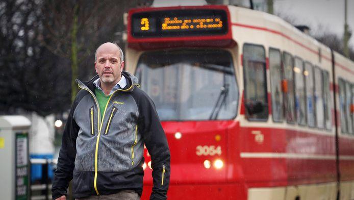 Reinier Heere op de plek waar hij in 2012 werd geschept door tram 9