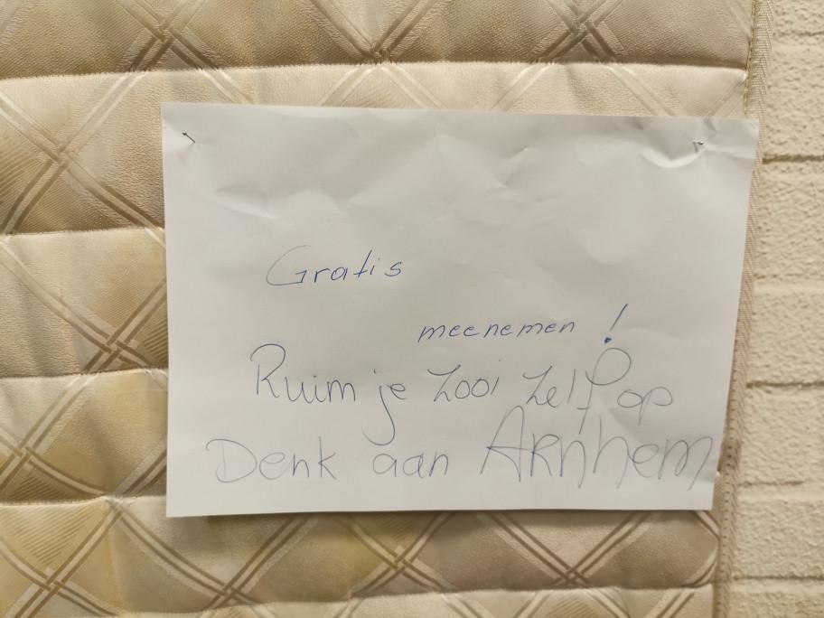 In de portiek van de flat stond een matras met een briefje er op 'Gratis mee te nemen'. Daaronder werd geschreven 'Ruim zelf je troep op. Denk aan Arnhem.'