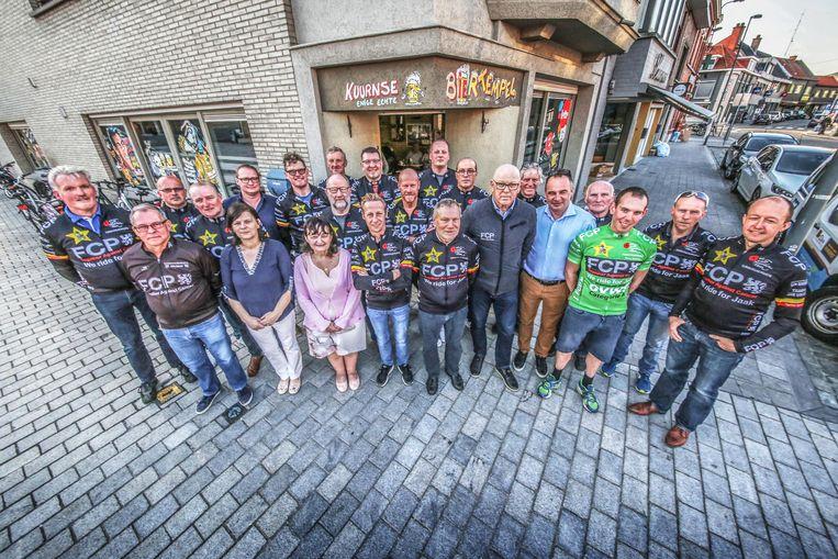 Jaak Van Mingeroet was voorzitter van Wielerploeg FCP Together Against Cancer. Hij staat links van burgemeester Francis Benoit.