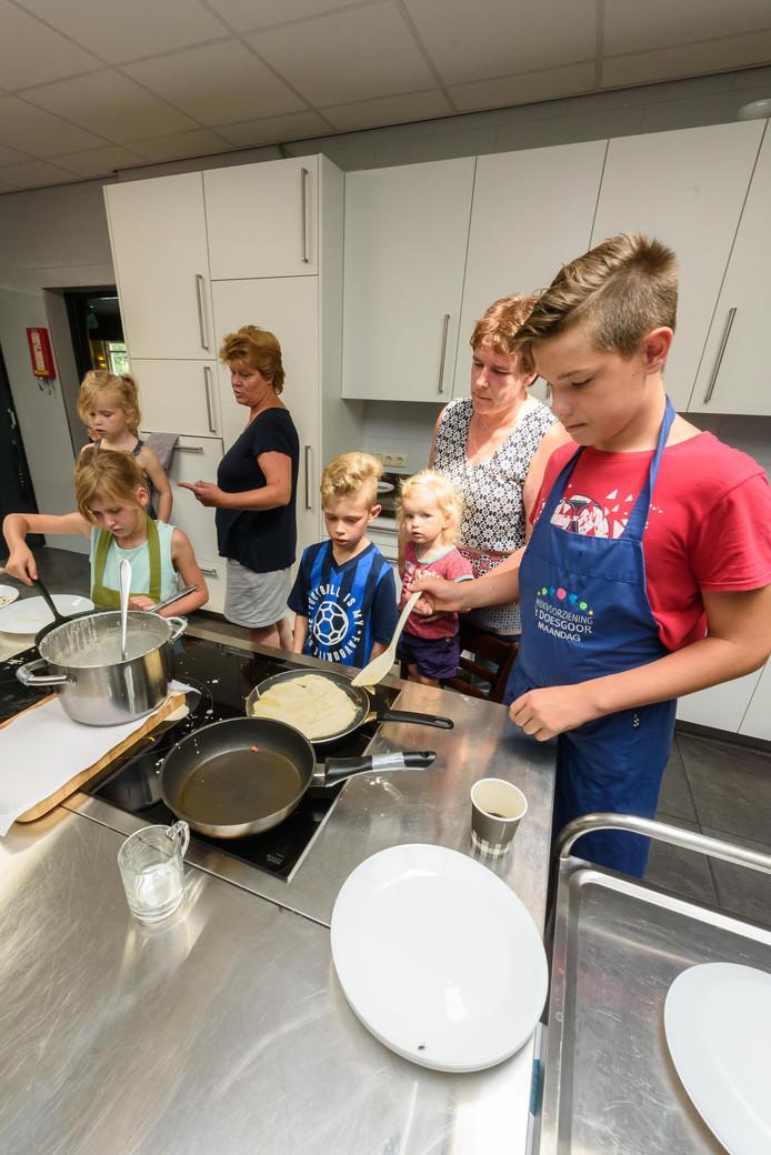Eén van de activiteiten in wijkvoorziening 't Doesgoor was dat kinderen zelf pannenkoeken leren bakken.