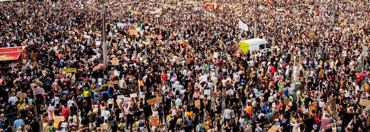 De mensenmassa tijdens de demonstratie op de Dam Beeld ANP / Robin Utrecht