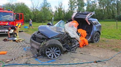 Range Rover knalt tegen woning aan: bestuurster zwaargewond