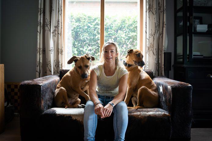 Angelique van Dijk, op de bank met haar twee honden.