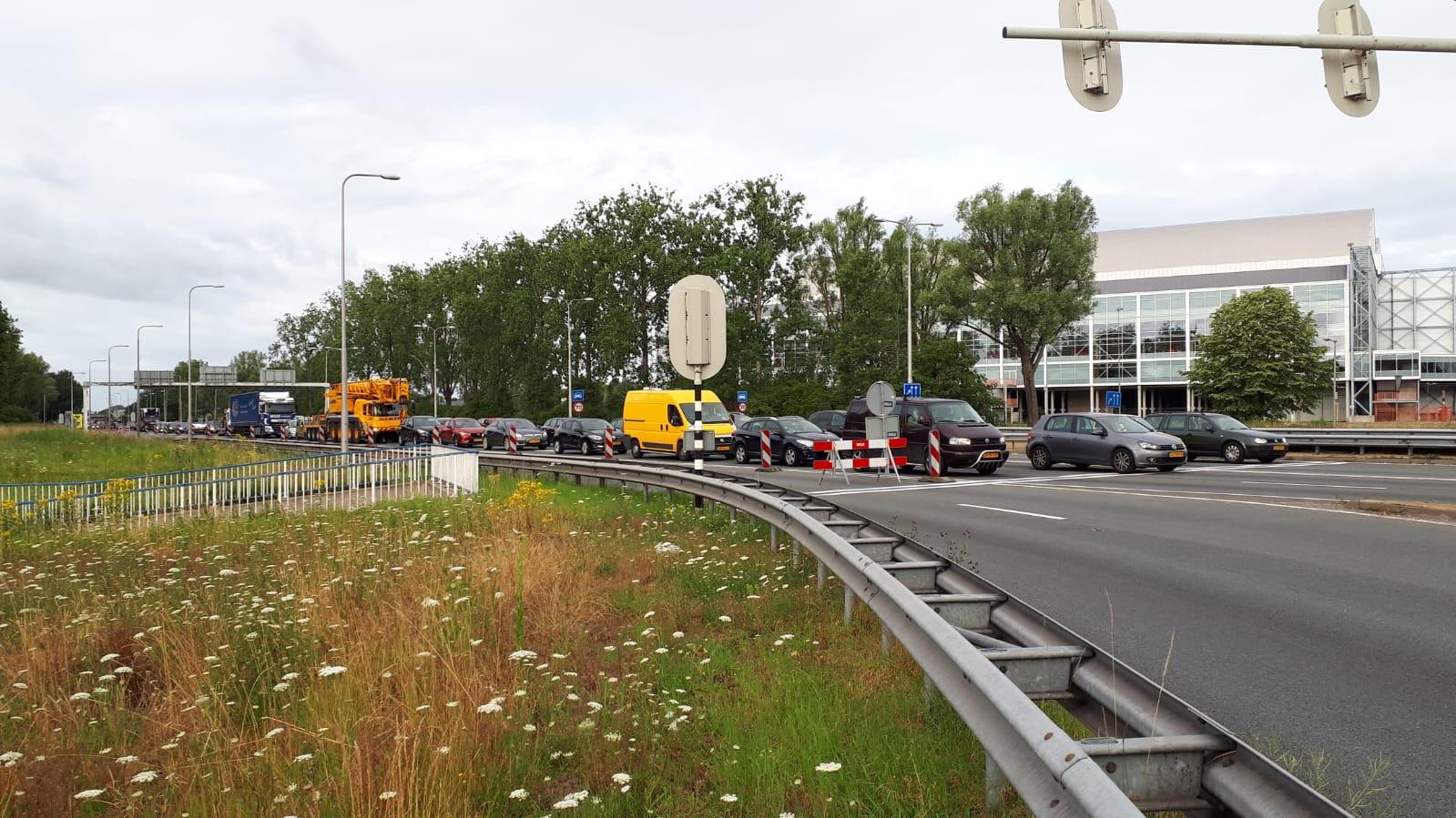 Werk aan de Pleijroute, verkeer staat daardoor langer vast dan normaal op de A325.