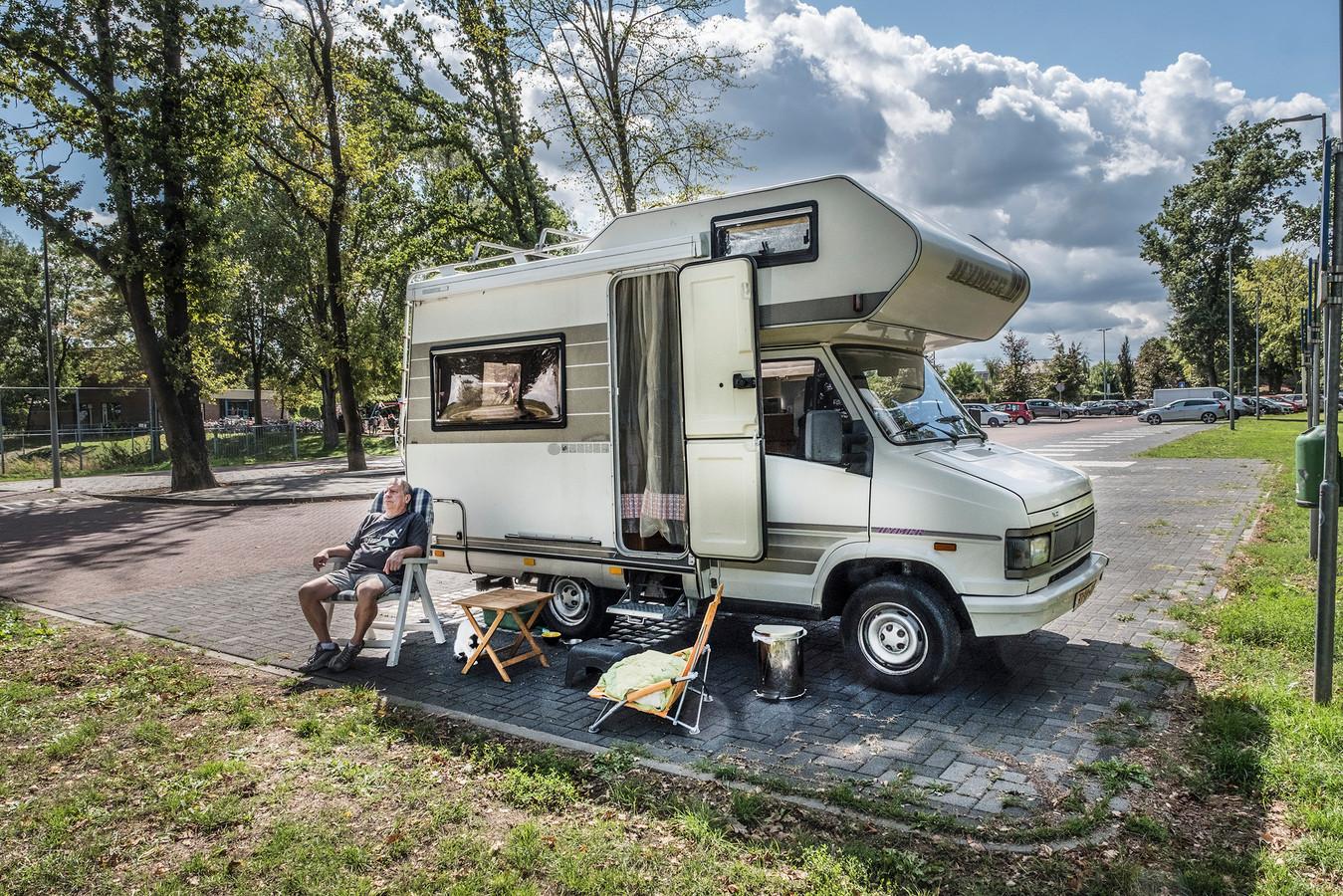 Paul Essers uit Venlo staat hier op de camperplaats in Gennep achter de kerk in het centrum van Gennep samen met zijn poes Lucky.