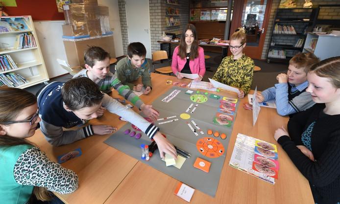 Kinderen van de Boazschool spelen 'Denkopoly', een spel dat ze zelf hebben ontwikkeld.