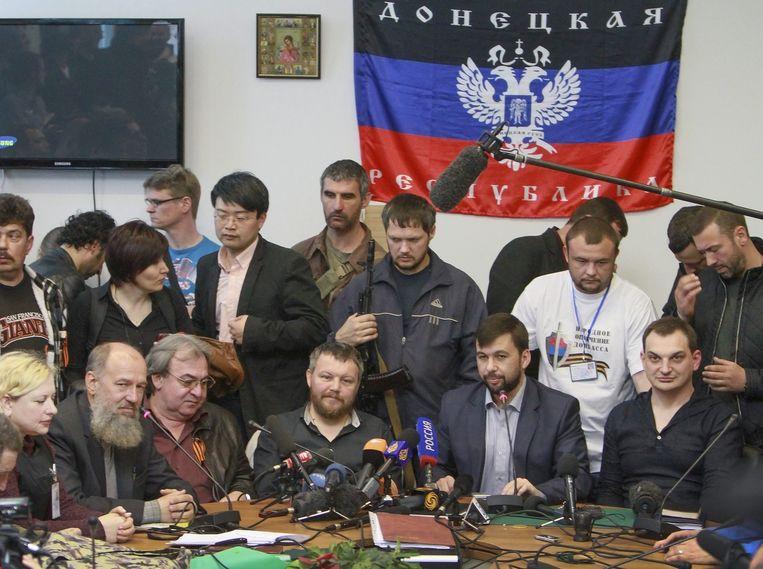 Denis Pushilin (rechts) en andere leden van de zelfuitgeroepen Volksrepubliek Donetsk.