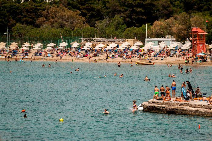Grieken genieten van de zon bij de heropening van de stranden in Athene in mei.