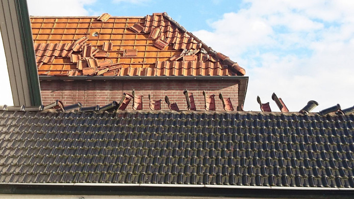 Een van de vernielde daken