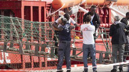 Reddingsschip Ocean Viking brengt 104 migranten aan land in Italië