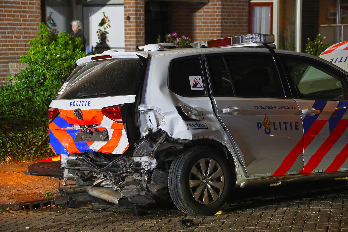 De politieauto is ook beschadigd geraakt.