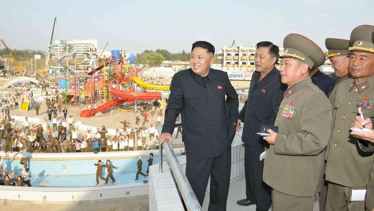 De Noord-Koreaanse leider Jim Jong-un inspecteert het Munsu Zwemxomplex in Pyongyang, dat mede mogelijk is gemaakt met geld uit Rusland. Beeld reuters
