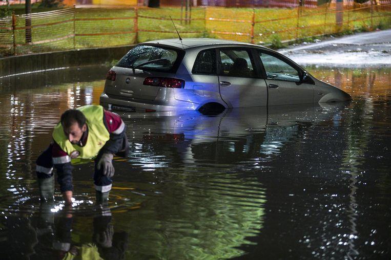 Verschillende straten in Rome staan onder water na hevige regenbuien.