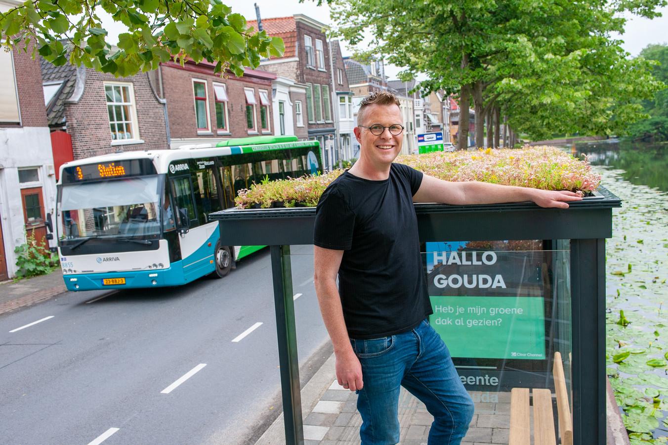Gouda, Niels de Zwarte, 43 bij één van de Goudse bushokjes met een groen dak aan de Fluwelensingel.