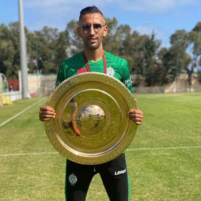 Ilias Haddad met de gouden kampioensschaal van de Botola Pro, nadat hij zondag met Raja Casablanca de Marokkaanse competitie won door een goal in de laatste minuut.