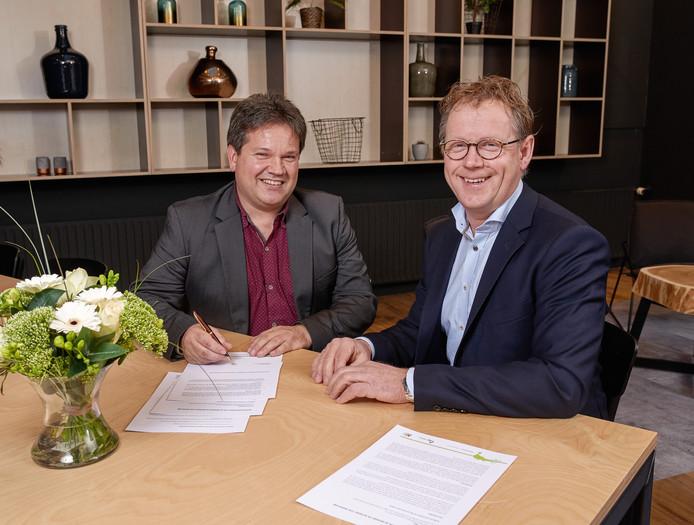 Voorzitters van de raad van commissarissen Wil Meulenbroeks van AB Brabant (rechts) en Eric Hubers van AB Werkt Zuid-Nederland tekenen de intentieverklaring.