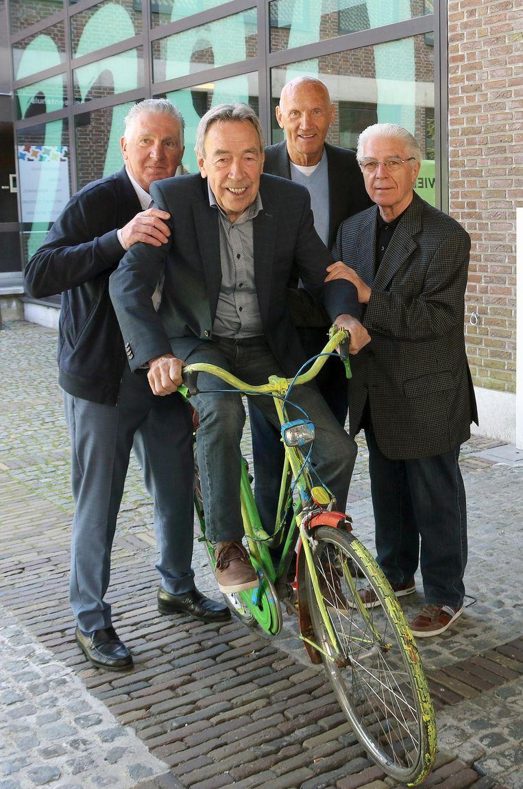 Oud-ploegmakkers Willy In 't Ven, Ward Sels & André Poppe dollen met Herman Vanspringel op een fiets.