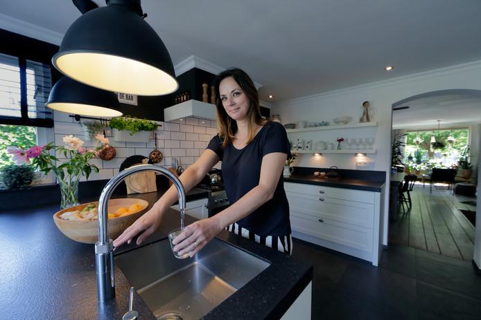 Andrea de Groot in de keuken van haar woning in de Stevensweg.