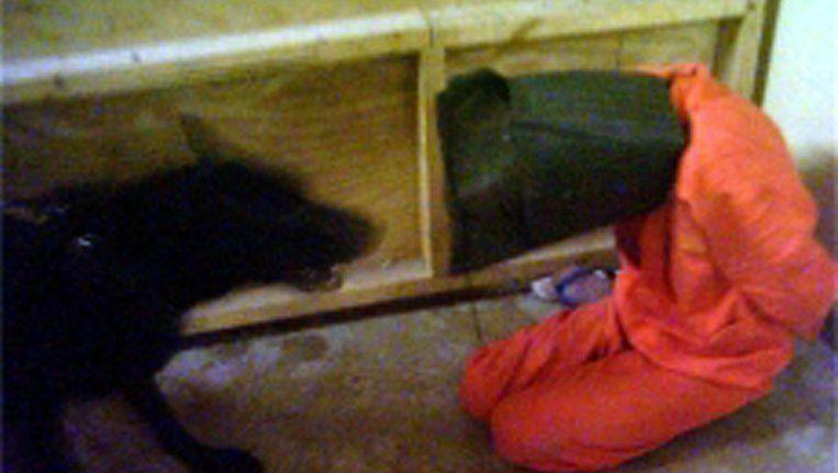 Een van de beelden uit de beruchte abu Ghraib-gevangenis, die in 2006 werden gepubliceerd. Beeld AFP