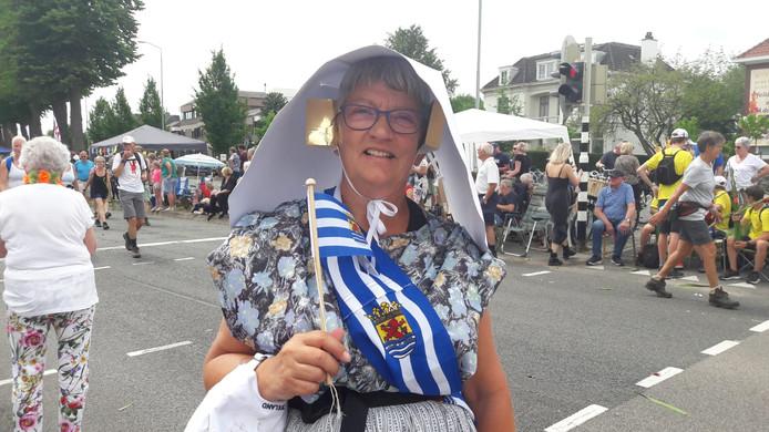 """Jannie de Pundert (61) uit Heinkenszand loopt de laatste dag in Zeeuwse klederdracht: ,,Ik ben een echte Zeeuw en ik ben trots op Zeeland!"""""""