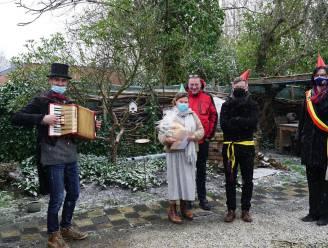 Gemeente trakteert vijf gepensioneerde personeelsleden op serenade aan huis