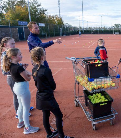 Tennisclub uit Arnemuiden slaat wrang genoeg zijn slag in coronatijd