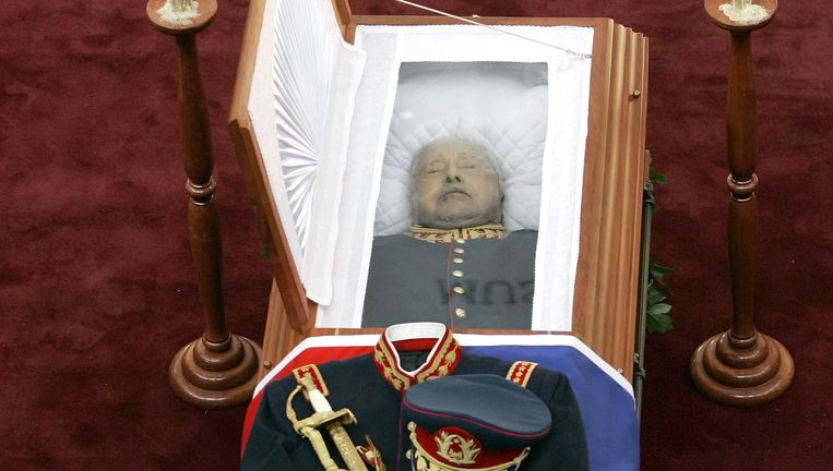 Pinochet ligt opgebaard in december 2006. Beeld ap