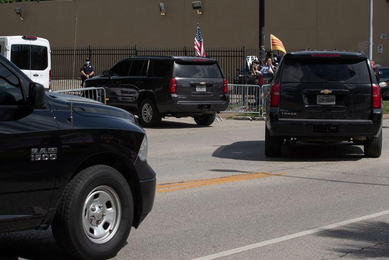 In een colonne geblindeerde zwarte voertuigen rijden de agenten het terrein van het consulaat binnen.  Beeld REUTERS