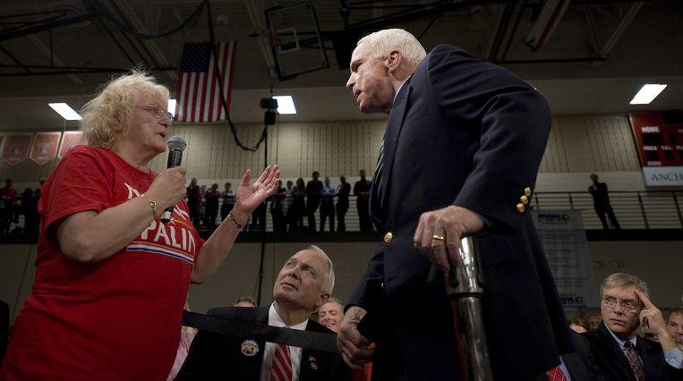 """""""Ik geloof hem niet, ik vertrouw hem niet, Obama. Ik heb over hem gelezen, hij is niet ... Hij is een Arabier"""", zei een vrouw in 2008 tegen McCain."""
