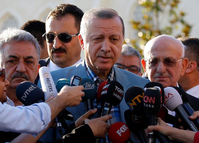 De Turkse president Tayyip Erdogan staat de media te woord.