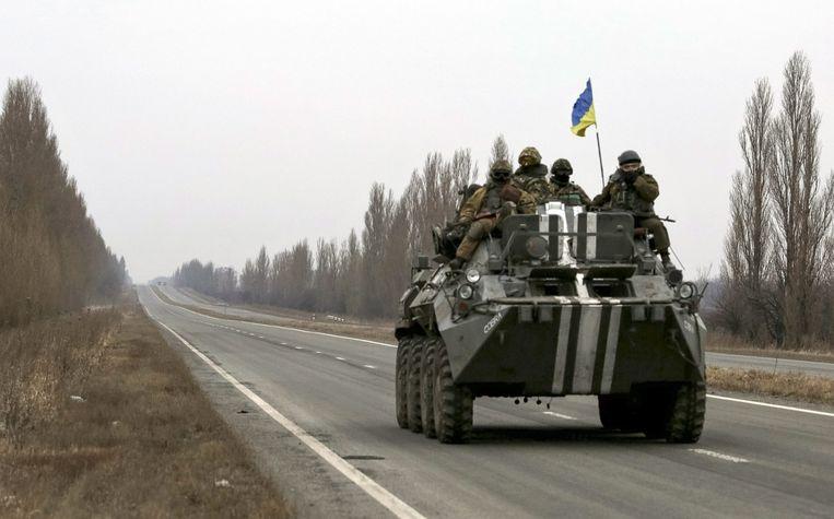 Een Oekraïens legervoertuig op een weg nabij Donetsk. Beeld epa