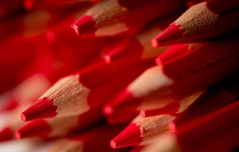 In elk stemhokje liggen twee potloden Beeld anp