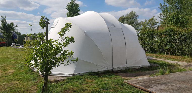 Er staan nu zes mooie tenten op het terrein.